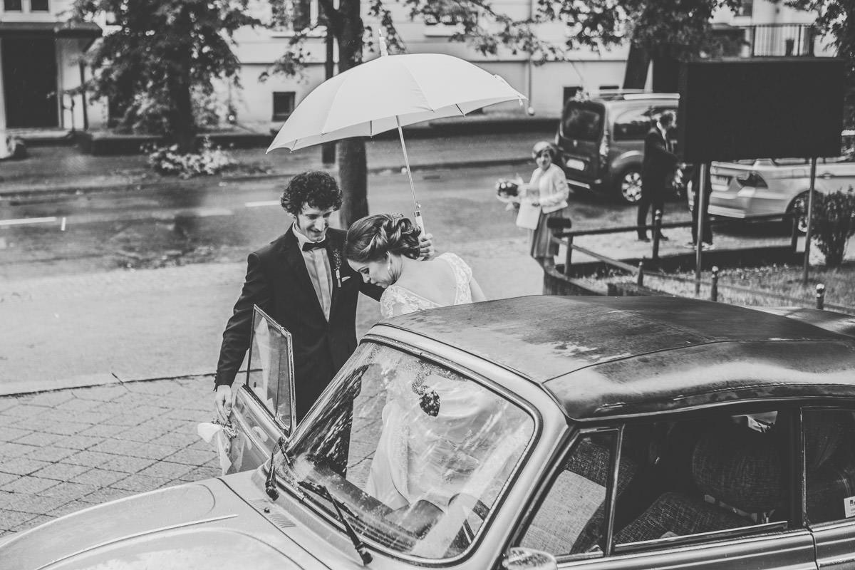 fotografia ślubna w deszczu