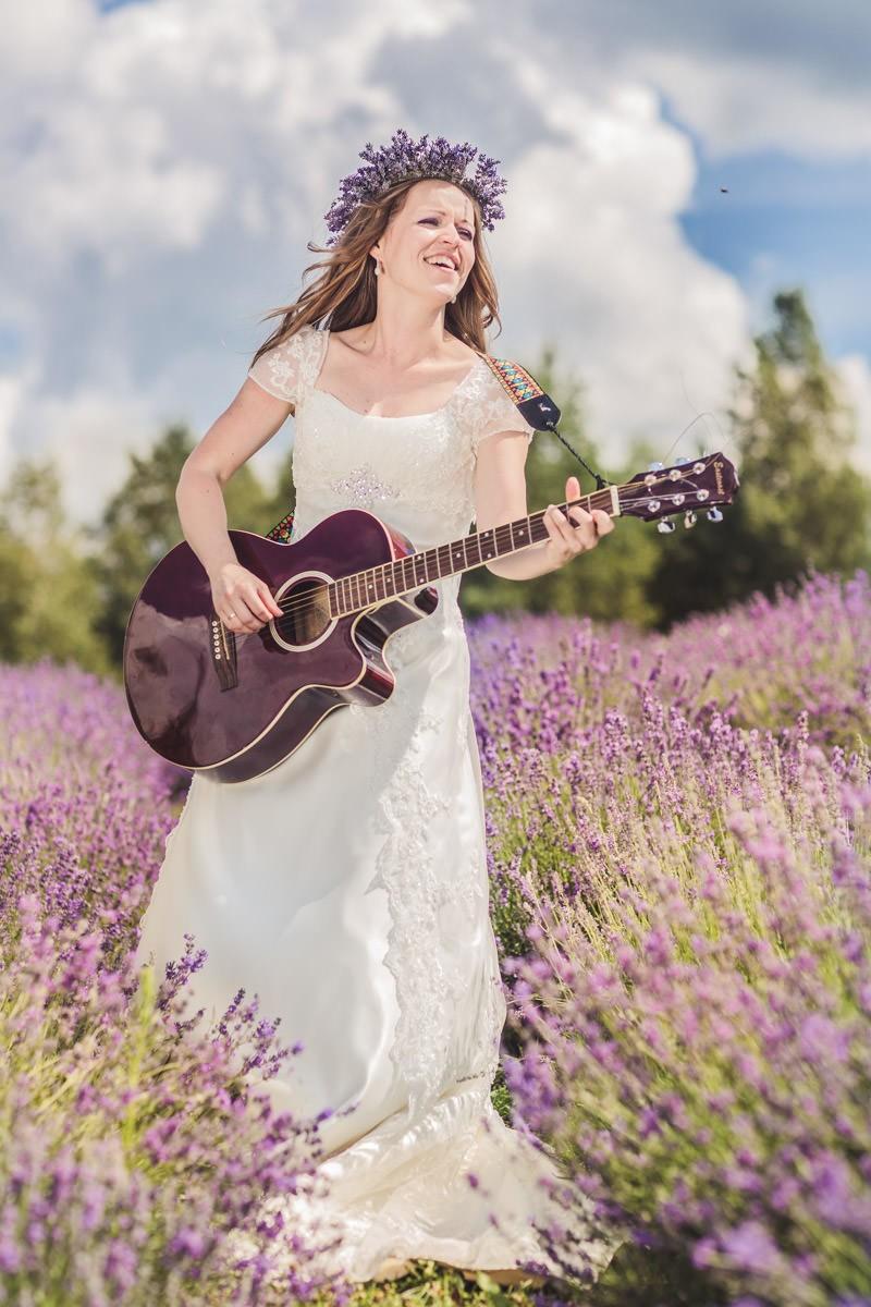 panna młoda z gitarą