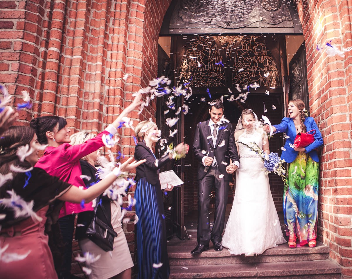 nowożeńcy wychodzą po ślubie